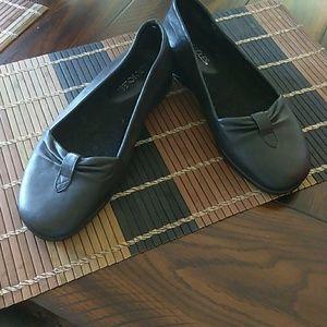 Aerosoles Black Leather Flats!